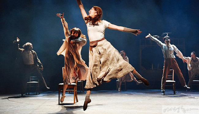 지난해 3월 공연된 '의자 고치는 여인'에서 주연을 맡은 장녀 오주원 씨(가운데)의 공연 모습.