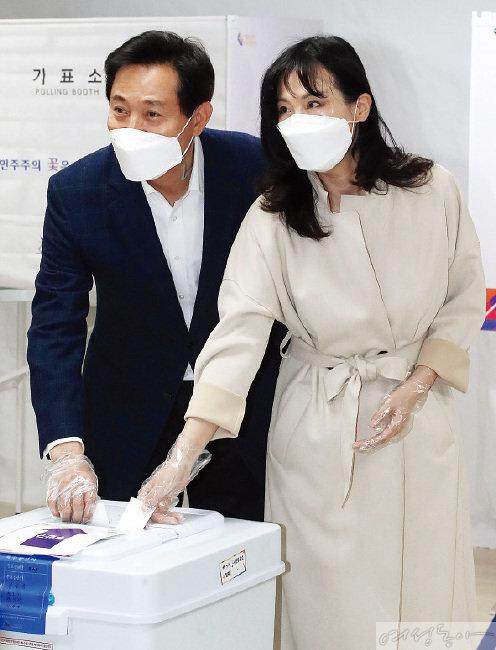 지난 4월 7일 서울시장 보궐선거 당일 투표를 하는 오세훈·송현옥 부부.