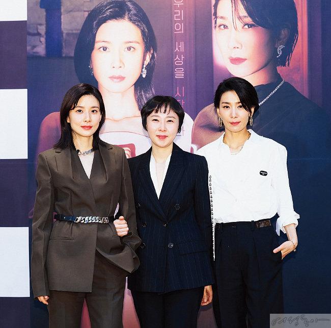 제작발표회에서 주연 배우 이보영 김서형과 함께 선  이나정 PD(가운데).