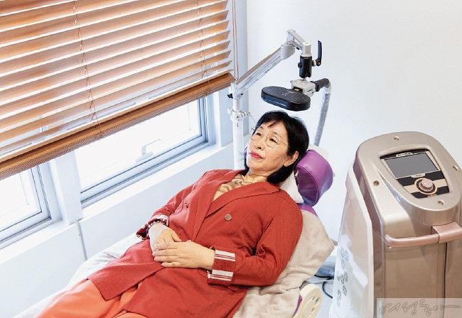 윤선희 씨가 수면치료기 'ALTMS'에서 수면 치료를 받고 있다. 항암 환자들의 치료로 인한 우울증과 불면증, 스트레스를 개선해준다.