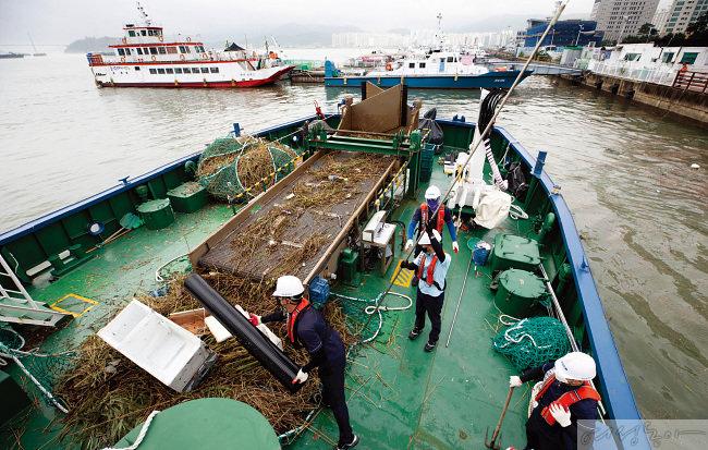 수거한 바다 쓰레기가 수북이 쌓여있다. 냉장고, 공업용 배관, 페트병 등 쓰레기의 종류는 천차만별이다.