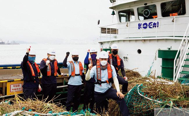해양환경공단 마산지사의 청항선 '푸르미 1호'의 황영식 선장(맨 앞)과 선원들.