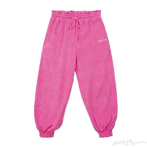 로고 장식 조거 팬츠. 미니멀한 디자인이지만 팝한 핑크 컬러와 테리 소재가 만나니 힙한 무드가 느껴진다. 7만8천원 시눈.