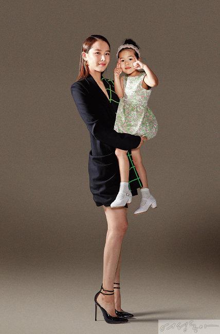 배우 조윤희와 딸 로아.