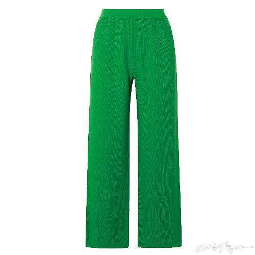 초록색 트랙 팬츠. 실크와 코튼 소재를 믹스해 편안하면서도 고급스러운 느낌을 강조했다. 가격미정 로로피아나.