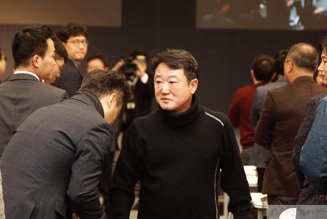 2018년 퇴임 선언 후 임직원들과  악수를 나누고 있는 이웅열 전 코오롱그룹 회장.