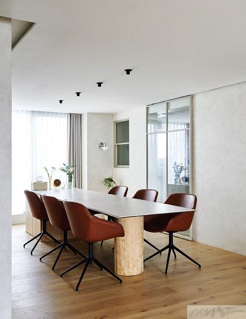 부모님까지 함께하는 대가족 모임이 잦아 테이블은 크게 제작했다. 내추럴한 원목 소재가 따뜻한 무드를 더한다.