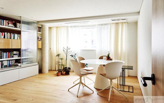 집에서 가장 넓은 공간에 마련한 부부 서재. 테이블과 의자, 책장 그리고 형태가 다른 크고 작은 식물 화분만 모아 배치해 오랜 시간 머물러도 쾌적하다.