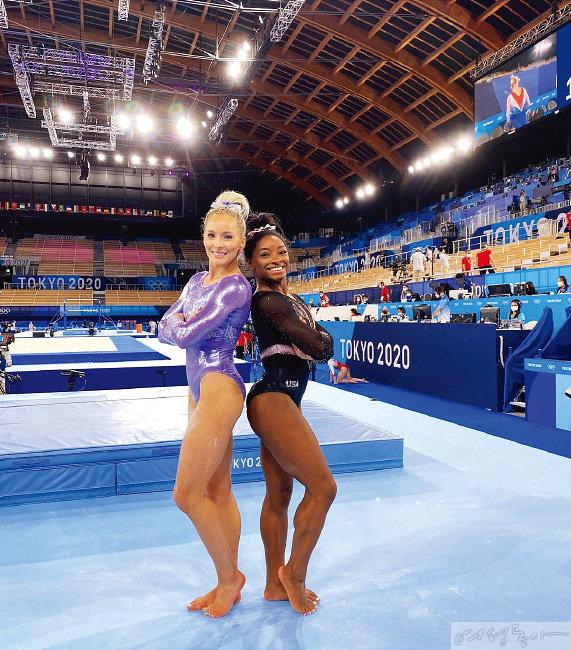 미국 체조 국가대표 시몬 바일스(오른쪽) 선수는 키가 커 보이는 레오타드 형태의 선수복을 선호한다.
