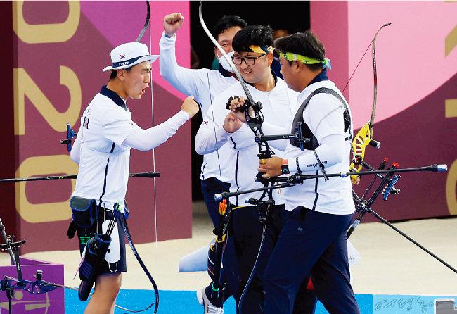 양궁 국가대표 김제덕, 김우진, 오진혁(왼쪽부터) 선수가 도쿄 올림픽 남자단체전 결승에서 금메달을 획득한 뒤 환호하고 있다.