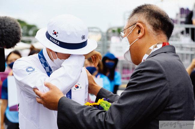 도쿄 올림픽 양궁 여자개인전 결승에서 우승을 차지한 뒤 눈물을 흘리는 안산을 다독이고 있는 정의선 회장.