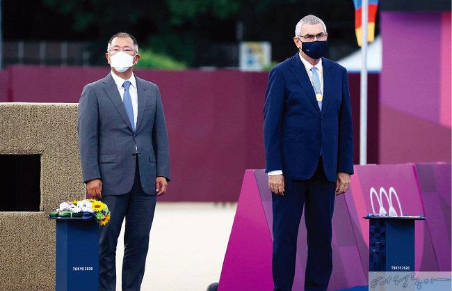 정의선 회장이 도쿄 올림픽 양궁 여자개인전 메달 시상식에 참석한 모습.<br />