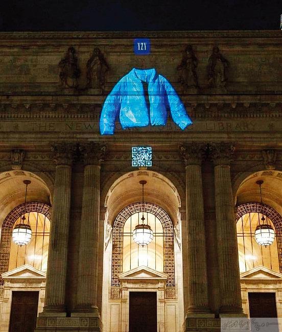뉴욕 메트로폴리탄 미술관 외관을 장식한 '이지-갭' 푸퍼 라운드 재킷 홍보 영상.