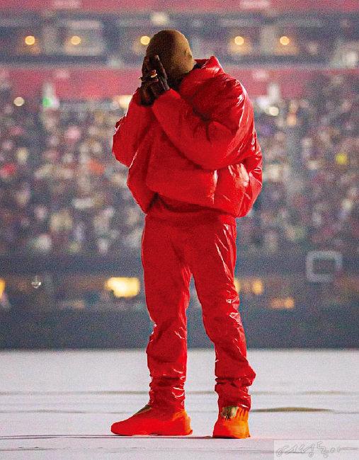 레드 컬러 푸퍼 라운드 재킷을 입고 있는 카니예 웨스트.