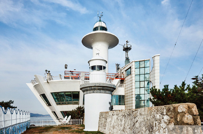 한국등대문화유산 1호이자 사적 제557호인 팔미도 등대.