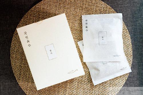 스마트 스토어에서 판매하는 국민육수는 유통 비용을 최소화하기 위해 김혜준 대표가 직접 포장한 후 택배로 발송한다.