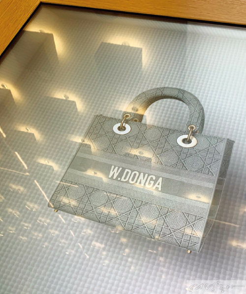나만의 레이디 디올 백을 커스터마이징해볼 수 있는 공간.