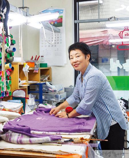 김행임 씨는 옷 수선집을 열심히 하며, 건강을 위해 소람에서의 면역 치료도 꾸준히 받고 있다.