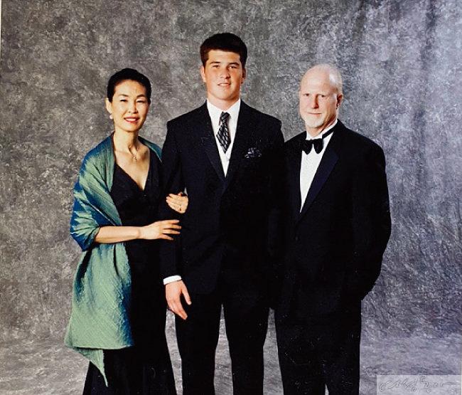 안드레 진 고등학교 파티 때 가족이 함께한 모습. 김동수 교수의 남편은 현재 미국에 살고 있다.