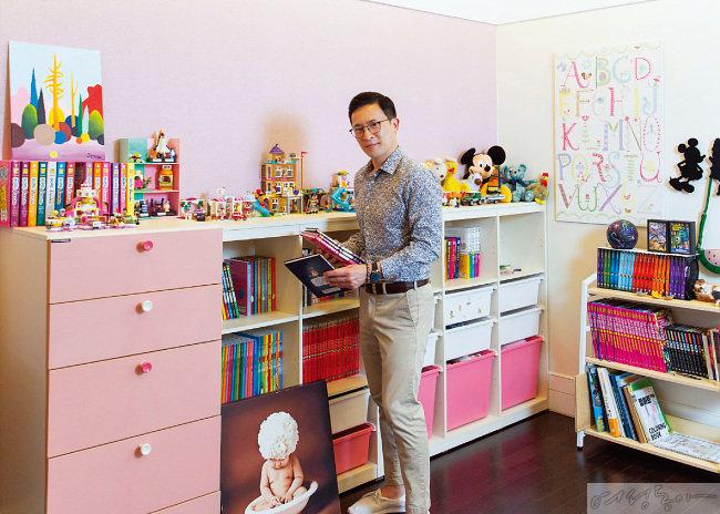 딸 방에 서 있는 친구 같은 아빠 미키 김.