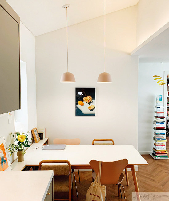 집 곳곳에 걸린 남편과 딸의 그림은 주기적으로 바꿔준다. 현재 다이닝 공간에 걸어둔 그림은 김영준 씨의 '컴포지션 시리즈 006'(2021)으로, 노지윤 씨가 가장 좋아하는 남편의 작품 중 하나다.