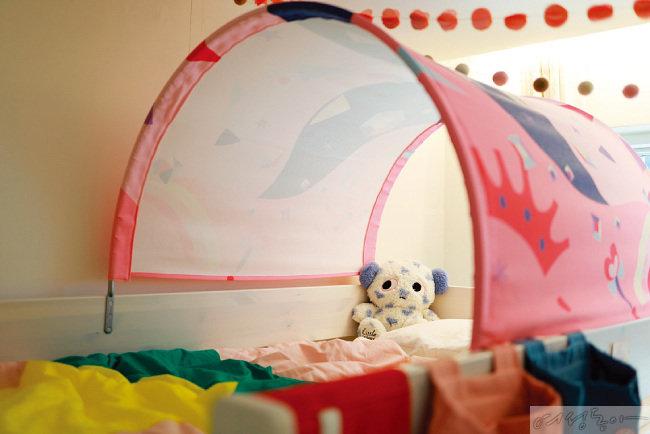 초등학생인 딸의 방은 알록달록 컬러풀한 소품으로 장식했다.