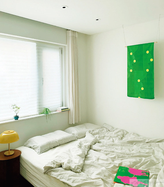 오로지 흰 공간에 패턴과 컬러가 예쁜 패브릭을 걸어두니 방 안 가득 생기가 넘친다.