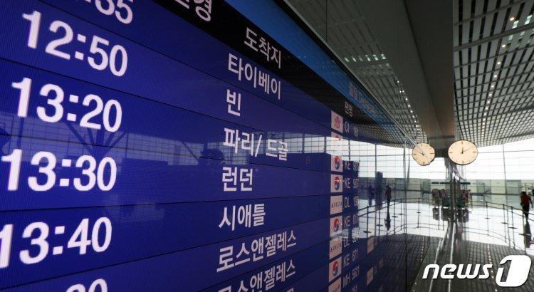 """빗장 풀린 유럽 여행길에 휴가객 들썩…""""관광은 아직 성급"""" 비판도"""