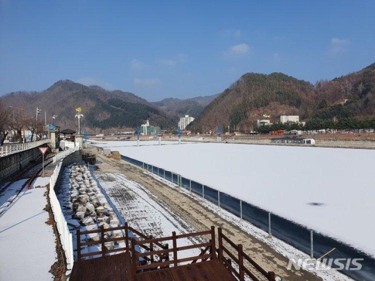 화천산천어축제장 주말 강추위에 결빙 시작…4~5㎝ 얼어