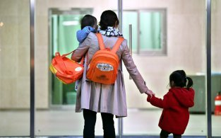 육아휴직률 고작 8%…공무원 엄마가 소상공인의 4배