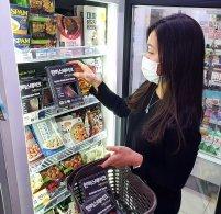 편의점, 재난지원금 '특수' 준비 한창…4차 대유행에 백화점 '썰렁'