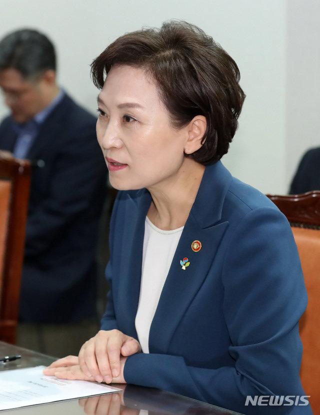 김현미 '시즌2' 두달 만에 입지 흔들?…떠도는 장관 후임설 왜?