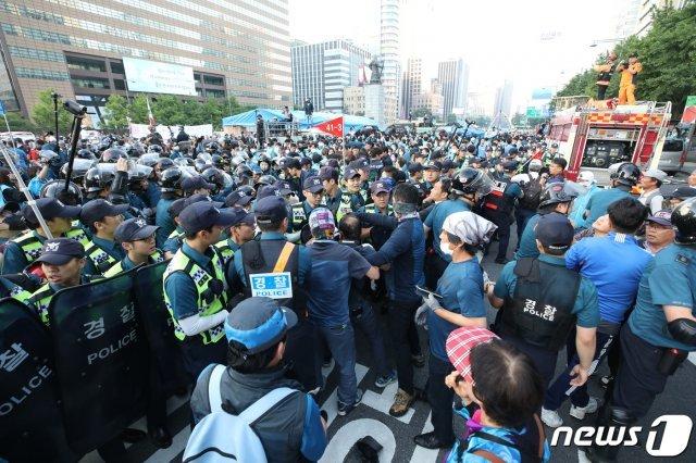 서울시, 대한애국당 광화문 천막 47일만에 강제 철거…물리적 충돌도