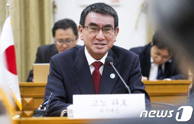 """26년 전 """"위안부 사죄"""" 부친과 달리 고노 외무상은 역사수정 행보"""