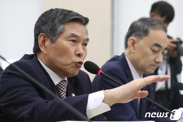 """정경두 국방장관, 한국당 의원과 정면충돌…""""軍폄훼 마라"""""""
