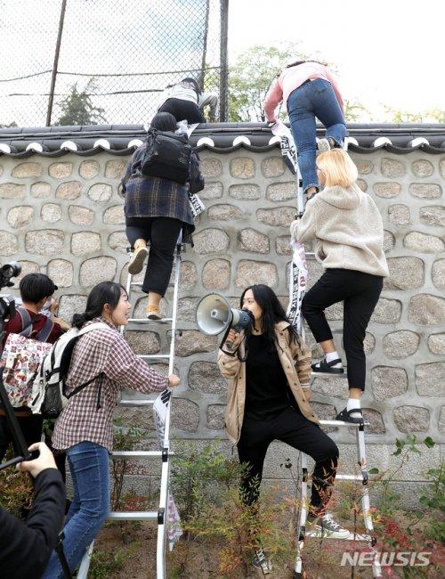 美 대사관저 뚫렸다…대학생 19명 '사다리 월담' 체포