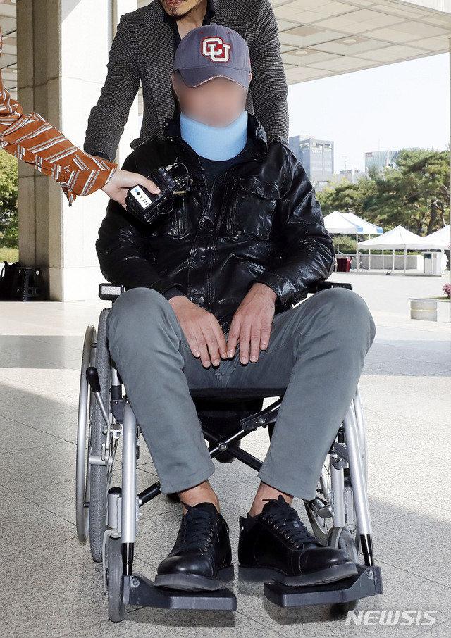 """휠체어에 목보호대 까지…검찰 출석한 조국 동생, 질문엔 """"…"""""""