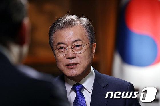 '文대통령 국민과의 대화' 진행자 배철수 낙점…박연경·허일후 보조