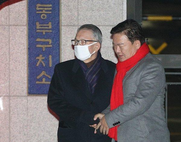 """김기춘 마중 나간 민경욱 """"걸어 나오셨다…나와줘서 고맙다더라"""""""