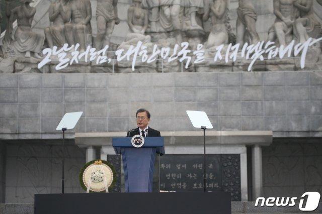 """""""너 없는 열번째 봄"""" 눈물 훔친 유가족…文대통령 허리굽혀 위로"""