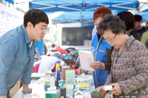 자생의료재단 임직원들이 희망드림 자선 바자회에서 기부 물품을 판매하고 있다.