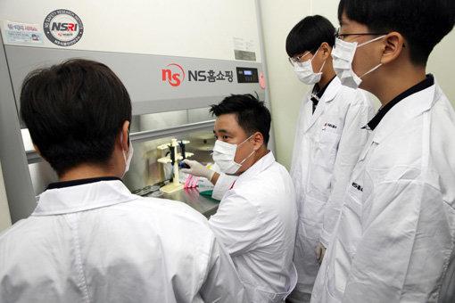 NS홈쇼핑 식품안전연구소에서 열린 'NS쇼핑과 함께 하는 식품분석 모두 Dream'에 참가한 학생들. 사진제공|NS홈쇼핑