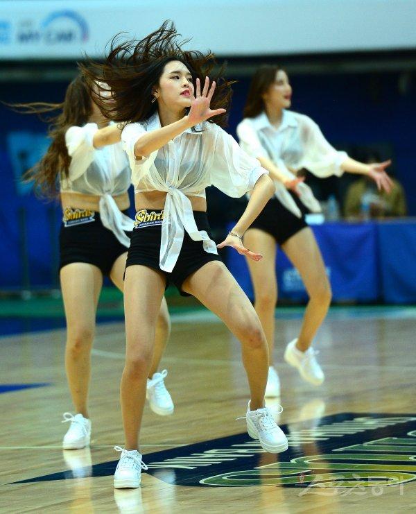 [포토] 치어리더, 격렬한 춤사위